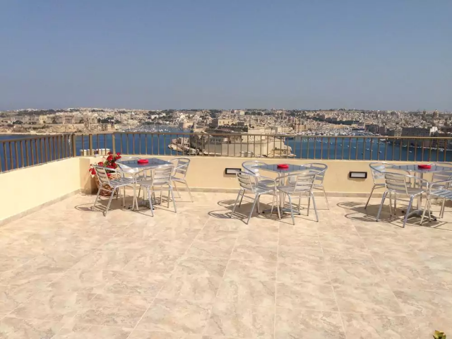 Grand Harbour hotel tagterrasse